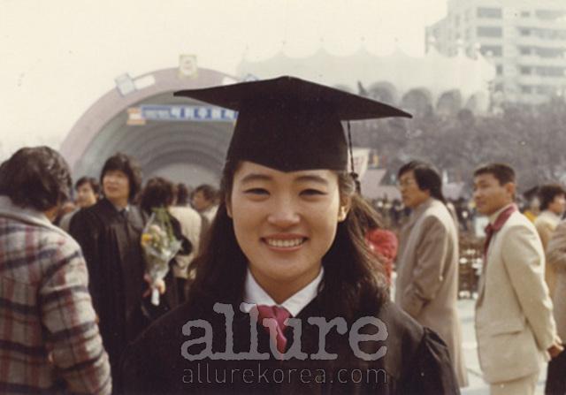 이미 취업을 한 상태로 졸업식에 잠깐 가서 사진만 찍었다. 어린 마음에 빨리 취업하면 좋은 줄만 알고 그랬었나 보다. 살아보니 아무것도 아닌데….