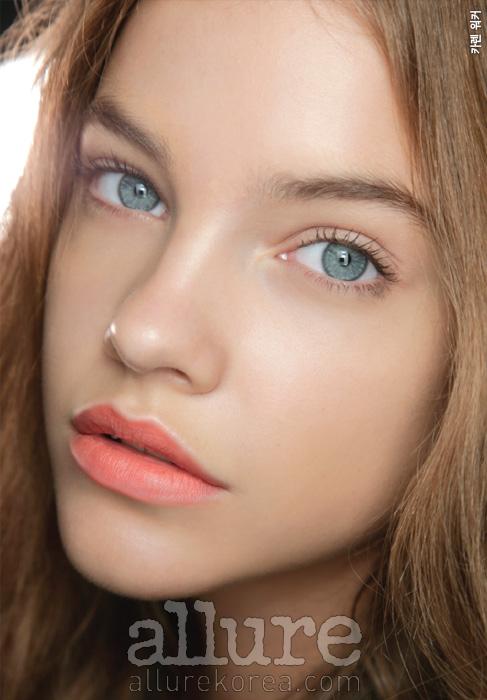 원포인트로 파스텔 오렌지 컬러 립을 선택해라. 이때 절제된 피부 표현은 필수이다. 강하고 자극적인 메이크업만이 개성을 표현하는 것은 아니다. 화사함이야말로 지금 집중해야 할 미덕이다.