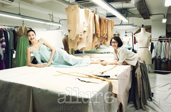 모델이 입은 시퀸 장식의 실크 드레스와 귀고리, 지춘희가 입은 실크 재킷과 스커트는 모두 미스지콜렉션(MissGee Collection).헤어&메이크업| 지선, 토미(고원)