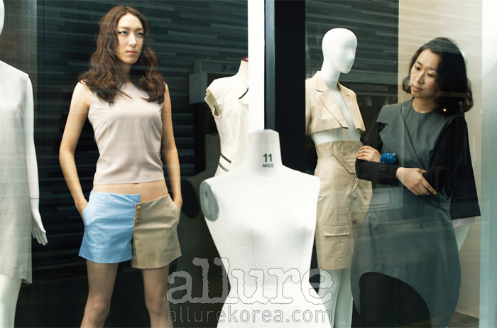 모델이 입은 실크 톱과 쇼츠, 홍혜진이 입은 언밸런스 헴라인의 원피스는 모두 스튜디오 K(StudioK).