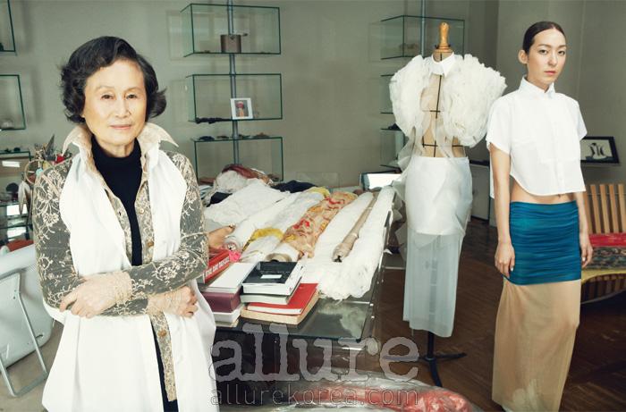 화이트 셔츠와 시폰과 실크를 레이어드한 스커트는 모두 진태옥(JinTeOk).