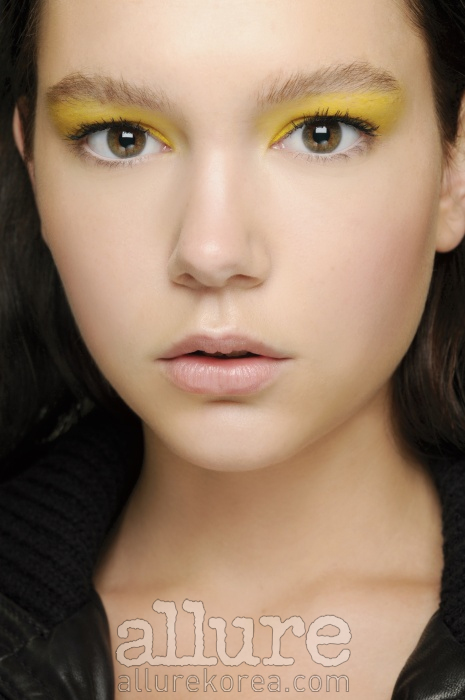 옐로 컬러 프라이머를 사용한 후 눈두덩에 레몬빛 코렉터를 바르면 단시간에 칙칙함과 붉은 혈색을 감춰 생기 있는 눈매로 변신시킨다. 이후 옐로컬러의 아이섀도로 포인트 메이크업을 시도할 것