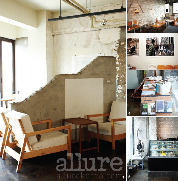 1 테이크아웃드로잉 2층에 마련된 전시 공간. 2 1층 카페 공간 벽에 전보경 작가의 작품이 전시되어 있다. 3 뉴욕 출신의 전보경 작가가 퍼포먼스 예술을 사진으로 남긴 작품이 테이크아웃드로잉의 벽에 걸려 있다. 4 카페 공간 한쪽에는 책이 전시되어 있다. 전시와 관련된 작가의 소장책을 전시해놓는다. 5 테이크아웃드로잉의 카페 공간.