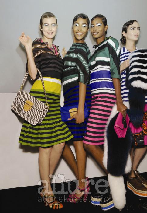 다양한 폭과 색상의 줄무늬를 섞어 경쾌한 바로크 무드를 연출한 프라다 컬렉션은 스트라이프 룩 트렌드를 이끈 대표주자다.