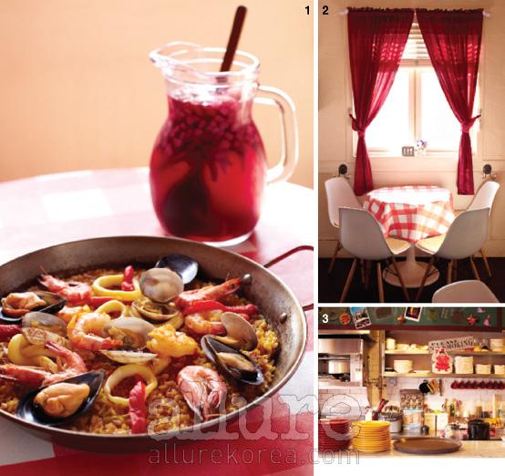 1 각종 해산물과 채소에 육수와 사프란을 넣고 자작하게 끓인 해산물 파에야. 2 빨간 체크무늬의 테이블보와 빨간 커튼이 드리워진 실내. 따사로운 햇살이 가득 스며든다. 3 깔끔하게 정돈된 오픈 키친.