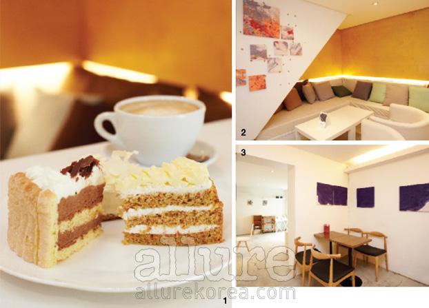 1 카페 안 쿠킹스튜디오에서 만든 초콜릿무스와 당근케이크, 감자케이크. 2 알록달록한 쿠션이 놓인 푹신한 소파. 3 갤러리를 연상시키는 카페의 공간. 신진작가들을 위한 열린 공간으로, 1~2개월에 한 번씩 다른 작품이 전시된다.