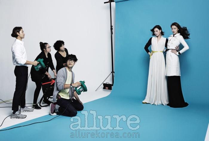 모델 박예운이 입은 레이온 소재의 드레스와 슈즈는 폴앤앨리스. 모델 이현이가 입은 실크 소재의 드레스는 디올(Dior). 울 소재의 트렌치코트는 버버리 프로섬 (Burberry Prorsum).