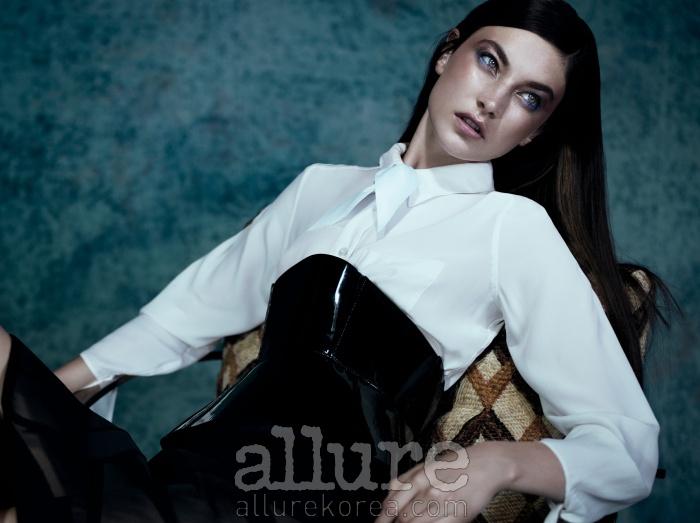 메시 소재 펜슬 스커트와 울 브리프, 검은색 가죽 코르셋 벨트는 루이 비통(Louis Vuitton). 흰색 실크 셔츠는 이퀴프먼트(Equipment). 리본 장식은 모쿠바.