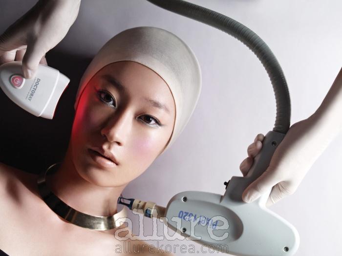 골드 메탈 목걸이는 블랙뮤즈(Black Muse), 레이저 레이저 기기 협찬은 비앤영플러스피부과. CNP 닥터레이. 피부 탄력과 재생에 효과적인 LED 빛을 이용한 안티에이징 홈케어 기기.