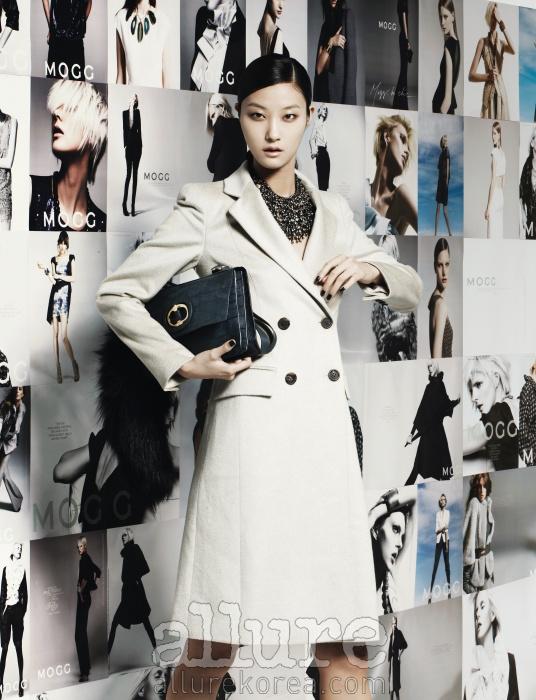 2006년부터 2011년까지의 모그 광고 비주얼을 배경으로 사용했다. 모델은 모그의 시그너처 아이템인 테일러드 칼라의 코트를 입고 모그 특유의 지적이면서도 세련된 여성을 연기했다. 100% 캐시미어 소재의 테일러드 코트와 목걸이, 모피 장식이 달린 가방은 모두 모그 2011 가을/겨울 컬렉션이다.모델 | 박지혜, 헤어 | 조영재, 메이크업 | 배혜랑, 어시스턴트 | 정이나
