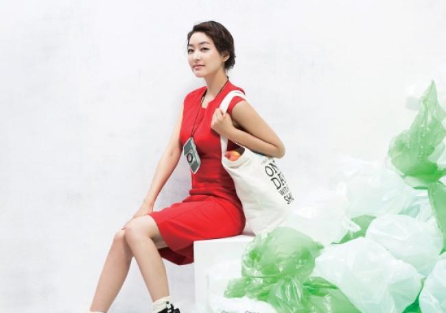 빨간색 원피스는 DKNY. 검은색 스트랩 슈즈는 프라다(Prada). 검은색 양말과 카메라 목걸이는 스타일리스트 소장품.