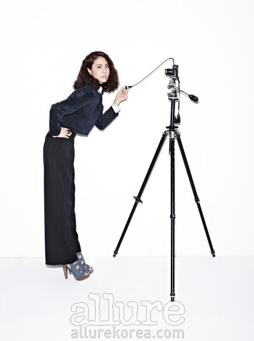 화이트 셔츠와 니트 스웨터는 마크 제이콥스(Marc Jacobs). 와이드 팬츠는 H&M. 반지는 MDMZ. 데님 스트랩 슈즈는 게스 슈즈(Guess Shoes).