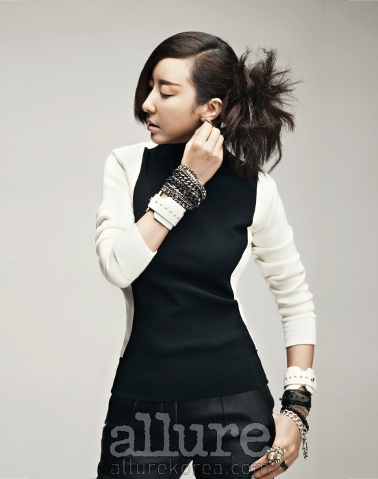 스웨터와 팬츠는 세린느(Celine). 양손의 흰색 가죽 팔찌는 쟈뎅드슈에뜨.