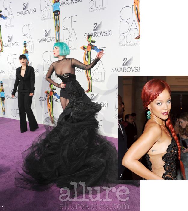 1 최근 뉴욕의 링컨센터에서 열린 패션 디자이너 오브 아메리카 패션 어워드에 참석한 레이디 가가. 파랗게 염색한 모발을 선보이며 헤어스타일만으로도 또 하나의 퍼포먼스를 보여주었다.2 모발을 붉게 염색하고 알렉산더 맥퀸 전시회의 오프닝에 참석한 팝가수 리한나.
