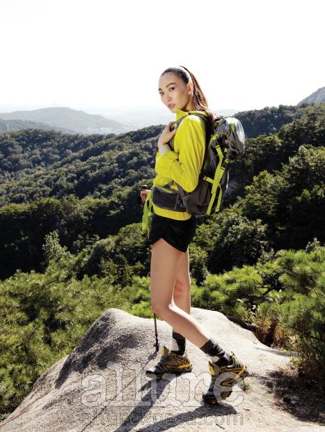 점퍼와 쇼츠, 양말은 아디다스 바이 스텔라 맥카트니(Adidas by Stella McCartney), 배낭과 스틱은 와일드로즈(Wildroses), 등산화는 코오롱 스포츠(Kolon Sport).