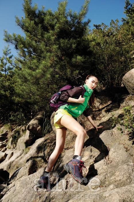 점퍼는 와일드로즈, 배낭과 쇼츠, 양말은 아디다스 바이 스텔라 맥카트니, 등산화는 코오롱 스포츠.