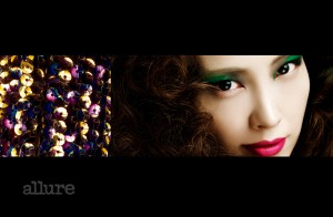 눈썹은 자신의 눈썹을 자연스럽게 그대로 살리고 눈두덩 중간에서 바깥쪽으로 원색 녹색 크림 섀도를 선명하게 바른다. 눈 앞머리부터 중간까지는 회색 섀도, 나머지 녹색 섀도까지는 검정 섀도를 사용해 비대칭으로 그러데이션해 바른다. 입술은 진한 핑크빛이 도는 다홍색 립스틱을 바른다.