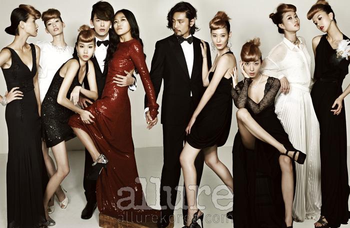 왼쪽부터 노선미의 드레스는 존 갈리아노(John Galliano), 팔찌는 벨앤누보(Bell&Nouveau). 세라의 드레스는 발렌티노(Valentino), 목걸이는 벨앤누보, 슈즈는 지니킴(Jinny Kim). 김원경의 귀고리는 프란시스 케이(Francis Kay), 드레스는 스테파넬(Stefanel), 슈즈는 미우미우. 김원중의 턱시도 슈트와 보타이, 슈즈는 모두 프라다(Prada). 조선희의 드레스는 DVF. 슈즈는 게스슈즈(Guess Shoes). 김호성의 턱시도 슈트와 보타이는 브리오니(Brioni), 슈즈는 쉐 에보카(Che Evoca). 이영진의 귀고리는 벨앤누보, 드레스는 랙앤본 바이 블리커(Rag&Bon by Bleeker), 슈즈는 쉐 에보카. 지현정의 목걸이는 해리메이슨(Harry Mason), 드레스는 블루걸(Blugirl), 슈즈는 헬레나앤크리스티(Helena&Kristie). 이현이의 목걸이는 벨앤누보, 블라우스는 클럽모나코(Club Monaco), 스커트는 이상봉(Lie Sang Bong). 이승미의 귀고리는 프란시스 케이, 드레스는 보테가 베네타(Bottega Venetta), 깃털 브로치는 벨앤누보, 슈즈는 쉐 에보카.