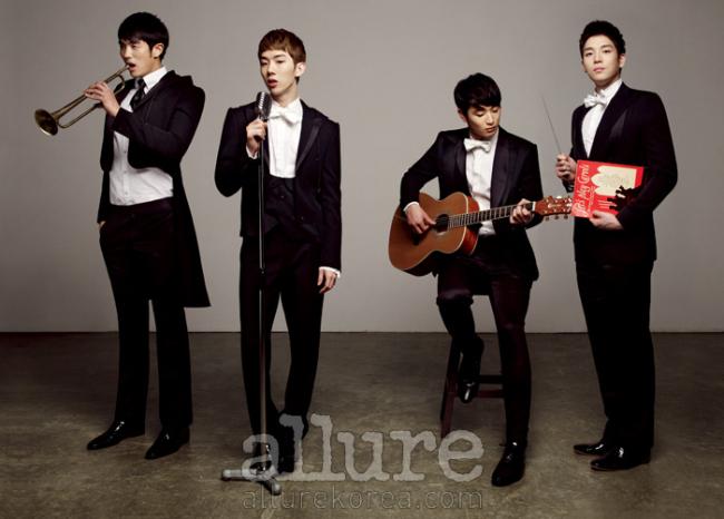 2AM 멤버들이 입은 턱시도 슈트와 화이트 셔츠, 슈즈는 모두 장광효 카루소(Chang Kwang Hyo Caruso). 슬옹이 착용한 검은색 타이는 스타일리스트 소장품.