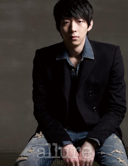 에서 발견한 배우, 박유환. 셔츠와 재킷은 시스템 옴므 (System Homme),청바지는 스타일리스트 소장품.