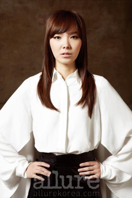화이트 셔츠는 폴앤엘리스(Paul&Alice). 스커트는 지 초이(Ji Choi).