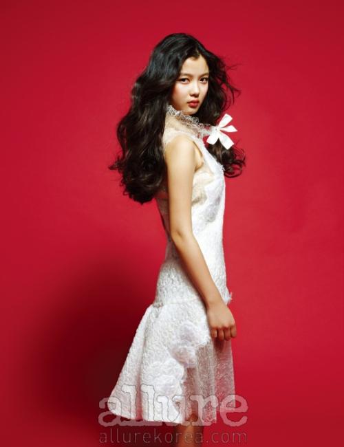 드레스는 샤넬(Chanel).