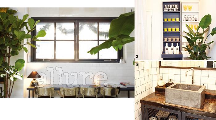 1. 옐로 톤 조명과 함께 카페의 분위기를 부드럽게 누그러뜨리는 것이 바로 식물이다. 비슷한 종류의 식물은 공간에 통일감을 부여한다. 꼭 사진처럼 커다란 관엽식물이아니더라도 괜찮다. 2. 블랙과 화이트의 대비가 명확한 인테리어. 화장실 문이 있는 곳에는 하얀색 커튼을 달아놨다. 집에서도 응용해볼 수 있는 아이디어. 3. 자연스럽게 부식된 철제캐비닛은 일반 강철판을 소재로 사용한 것. 부식에도 단계가 있다, '이 정도가 보기 좋겠다'는 생각이 들면, 그때 부식처리를 해도 늦지 않다. 화장실에는 대리석을 써야 한다는 강박관념을 버리는 것이 우선이다.