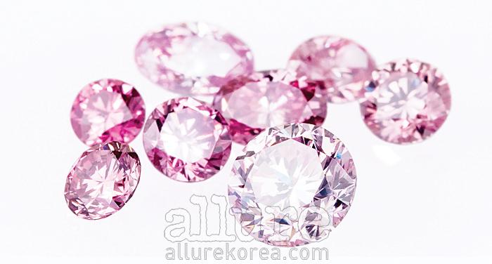 루시에는 최고의 가치로 평가받는 '아가일' 핑크 다이몬드를 0.3캐럿부터 1.6캐럿까지 원하는 디자인으로 주문 제작해 판매한다.