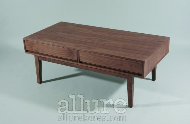 호두나무와 고무나무를 사용한 커피테이블은 코헨. 52만원.