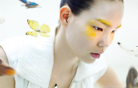 나비 날개의 영롱함을 물들인 뷰티 화보