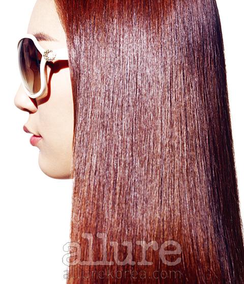 여름에는 뜨거운 햇볕과 강한 자외선으로 인해 모발이 거칠어지고 상하기 쉽다. 선글라스는 안나수이(Anna Sui).