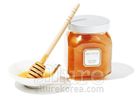 로라 메르시에의 크림 브릴레 허니바스.달콤한 캐러멜과 커피 향이 나는 입욕제로,아라비카 커피와 시나몬 껍질에서추출한 에센셜 오일이 피부를 탄력있게 한다. 300g 5만8천원.
