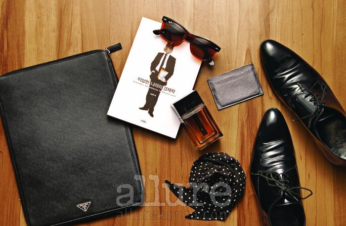 (왼쪽부터) 브리프케이스는 프라다(Prada). 기업과 사회, 인간의탐욕에 대해 다룬 책 . 선글라스는레이밴(Ray Ban). 향수는 디올 옴므(Dior Homme). 명함 지갑은프라다. 실크 소재 넥타이는 구찌(Gucci). 구두는 디올 옴므.
