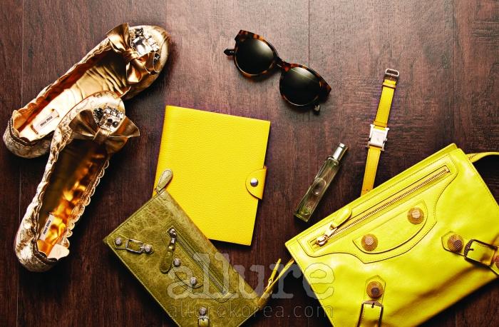 (왼쪽부터) 비즈 장식의 플랫 슈즈는 미우 미우(Miu Miu).지갑과 노란색 클러치백은 발렌시아가(Balenciaga). 선글라스는카렌 워커. 노트와 향수, 시계는 모두 에르메스(Hermes).
