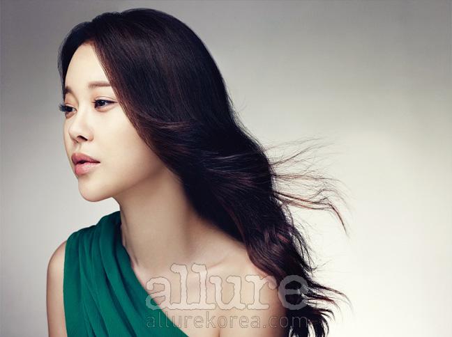 녹색의 원 숄더 시폰 드레스는손정완(Son Jung Wan).