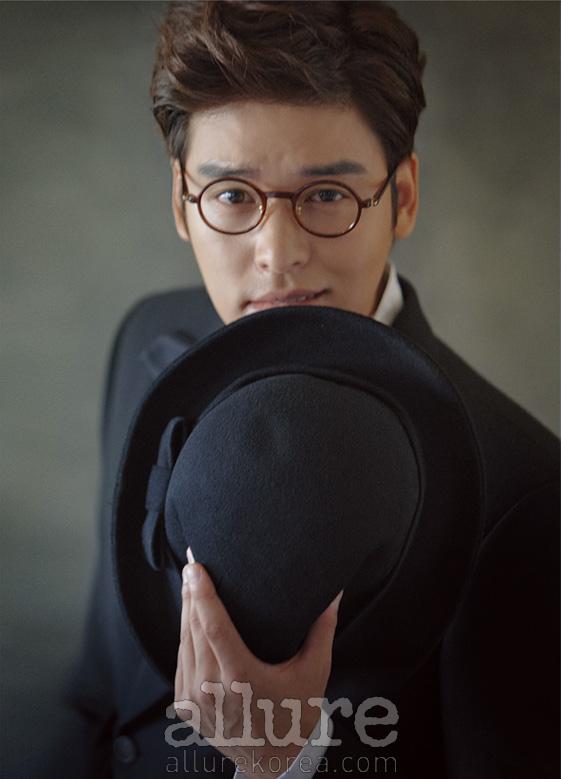 슈트와 셔츠, 모자는 모두 디그낙. 안경은 톰 포드(Tom Ford).