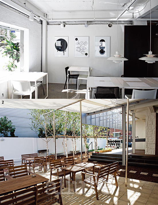 1. 스티키 몬스터 랩의 작품이 걸린 벽. 2. 우리 집 마당인 양 바비큐파티를 열 수도 있다