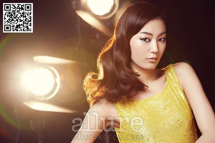 노란색 시퀸 드레스는미스지콜렉션(Miss GeeCollection). 파란색 시퀸점프슈트는 마쥬(Maje).