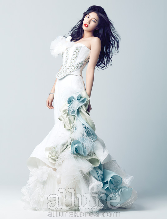 드레스는 데니 쉐르(Deni Cheur). 팔찌는스와로브스키(Swarovski).