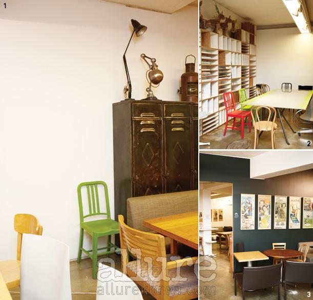 1 CT베이커리에서는어느 하나 같은 의자를찾기 힘들다. 오랜 세월이느껴지는 조명도 보인다.2 안쪽에 마련된 넓은테이블과 책장. 3 오래된영화 포스터가 붙어 있어더욱 멋스럽다.