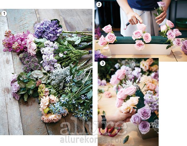 1. 장미, 드럼스틱, 백묘국 등 플로럴 폼으로다시 태어나게 될 꽃들이 가지런히 놓였다. 2. 부피감이 있는 장미를 먼저 꽂는다. 높낮이는 다 다르게 꽂는 것이 포인트다. 3. 한 번에 2~3송이를 질감과색감의 조화를 고려해가며 꽂는다.