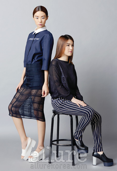 모델이 입은 셔츠와스커트, 슈즈,디자이너가 입은 니트스웨터와 팬츠는 모두로우클래식(Lowclassic).