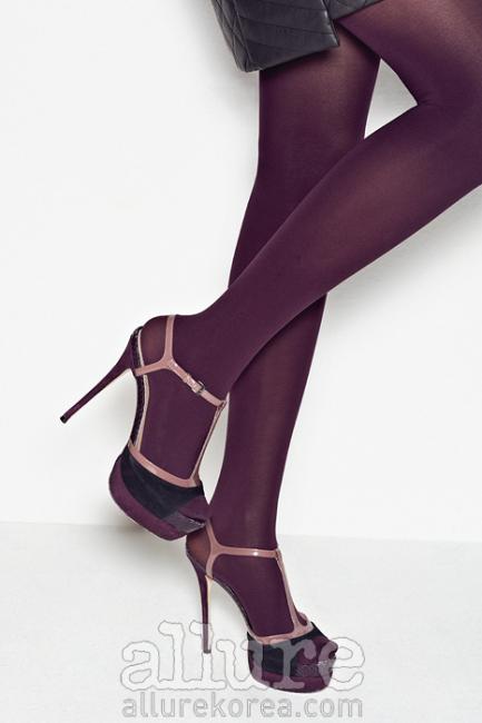 세 가지 이상의 색상으로디자인된 구두를 신을 때는구두의 중간 톤 색상과스타킹의 색상을 비슷하게맞추면 다리가 길어 보이는효과를 얻을 수 있다. 나일론 소재 컬러 타이츠는1만8천원, 삭스탑(Sockstop).페이턴트 가죽과 스웨이드 소재스트랩 슈즈는 50만원대, 장미셸카자바(Jean-Michel Cazabat).
