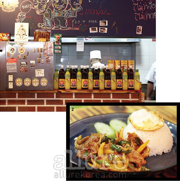 1. 태국의 다양한소품으로 채워져 있어가게 내부를 둘러보는재미가 쏠쏠하다.2. 서울에 관광 온태국인들에게 특히인기가 좋은 돼지고기바질볶음 덮밥.