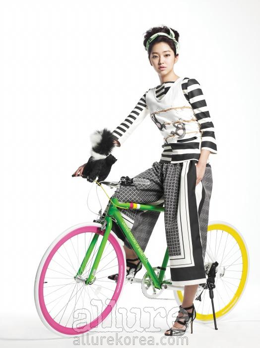 줄무늬 톱과 와이드 팬츠는 세린느(Celine).머리에 두른 스카프는 제이에스티나(J. Estina).슈즈는 지미 추(Jimmy Choo). 자전거는 베네통바이 꿈꾸는 자전거(Benetton by Ggumza).