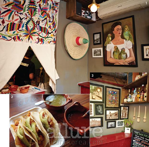 1 멕시코 남자 차를리가 활약하는 작은 주방. 2 타코는 직접 만든소스에 찍어 먹는다. 3 작은 실내는 이국적인 장식으로 가득하다.