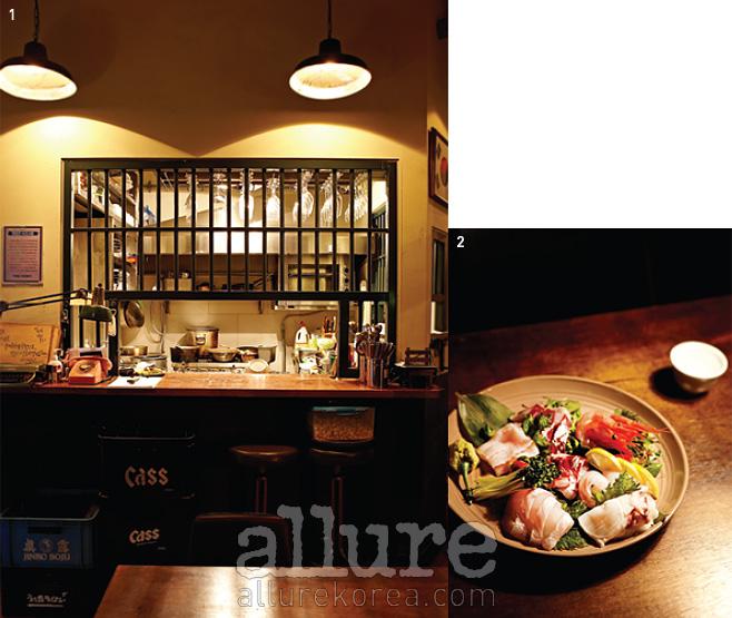 1 유치장처럼 만든 오픈 키친이독특하다. 2 방범포차의 모든 메뉴는술과 잘 어울린다.