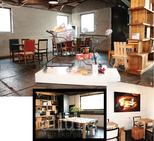 1 카페 한가운데 놓인 쇼핑카트. 2 한켠에 자리한 매터 앤 매터의가구들. 3 콘크리트 벽면과 잘 어우러지는 작품.