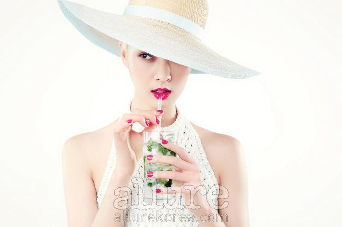 뜨겁게 내리 쬐는 햇빛을피할 수 없다면 즐겨야 한다.햇빛을 제대로 즐기기 위해꼭 알아야 할 여름의 피부 관리법.라피아 모자는 샤넬(Chanel), 니트소재 원피스는 에르메스(Hermes).