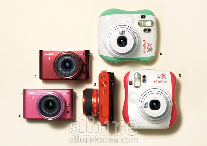 1, 2, 3 니콘의 미러리스 카메라 J2. 고성능 카메라이면서 컴팩트한 크기라 활용도가 높다. 가격은 60만원대.4, 5 세계 최초로 캐스 키드슨과 협업한 후지 인스탁스 미니25. 가격은 21만원대.